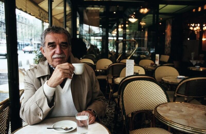 El escritor durante una sesión fotográfica en París, una de las tantas ciudades en las que inspiró sus relatos.