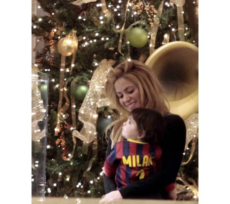 La novia de Gerard Piqué fue captada junto con su hermano y el pequeño recorriendo las tiendas del centro de Barcelona. Será la primera navidad que pasarán juntos Milan, Shakira y el futbolista.