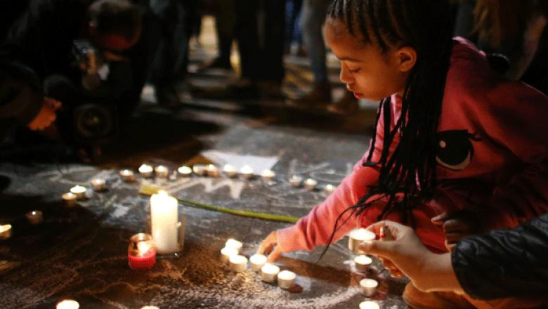 Una niña enciende una vela en memoria de las cientos de víctimas. (Getty Images)