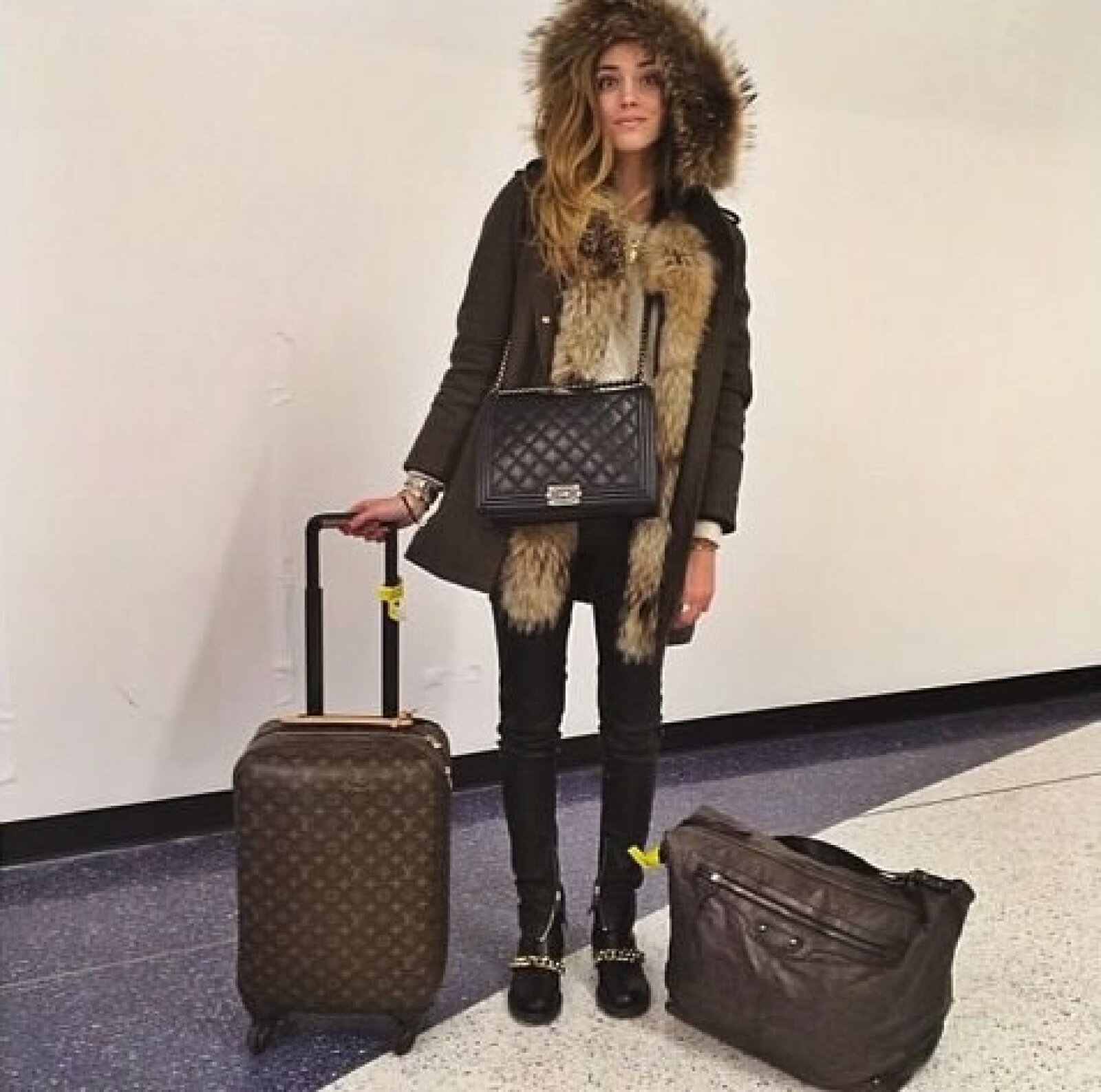 Chiara se preparó para el frío de Nueva York con una praka de Peuterey, botines Givenchy, y jeans Carolina Wyser.