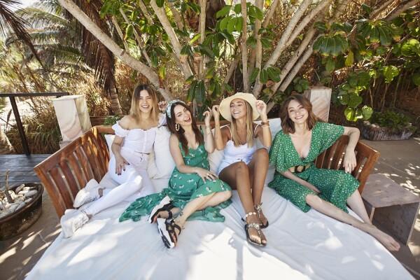 Las invitadas disfrutando de The Summer Expedition en prendas de verano de tonos verdes Stradivarius