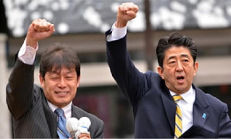Si Shinzo Abe (derecha) llega al poder, heredará una economía en recesión. (Foto: Cortesía CNNMoney)