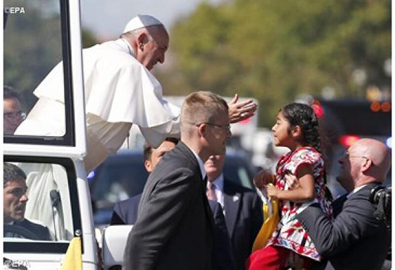 La pequeña de cinco años viajó desde Los Ángeles para conocer al pontífice, por lo que detuvo la caravana en la que viajaba él para conocerlo y entregarle una carta.