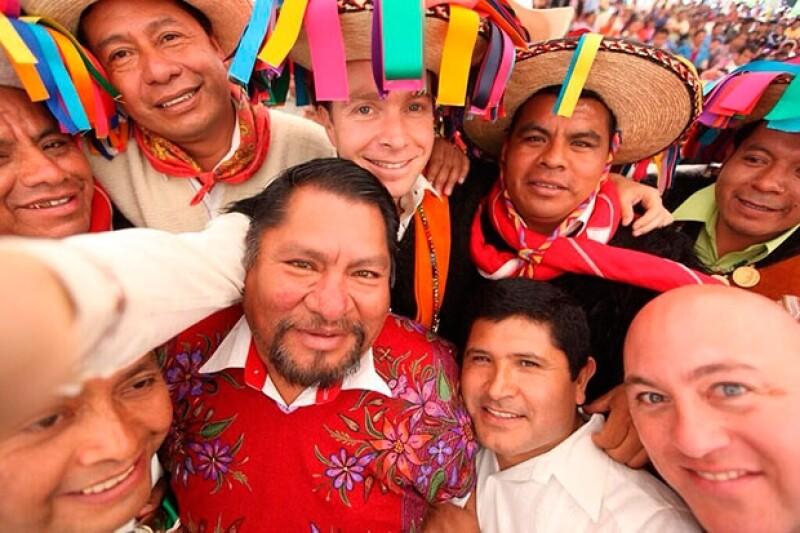 Manuel Velasco en compañía de líderes locales en Chiapas.