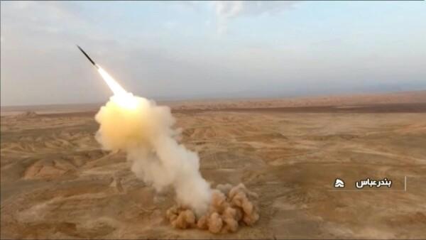Irán dispara misiles desde búnkers durante ejercicios militares en el Golfo
