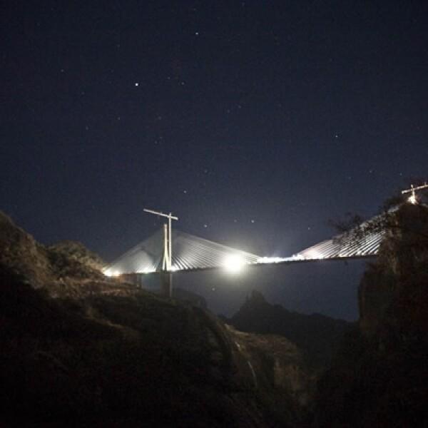 """El puente atirantado, que forma parte de la autopista Durango-Mazatlán, mide 403.4 metros sobre el nivel de la barranca """"El Espinazo del Diablo""""."""
