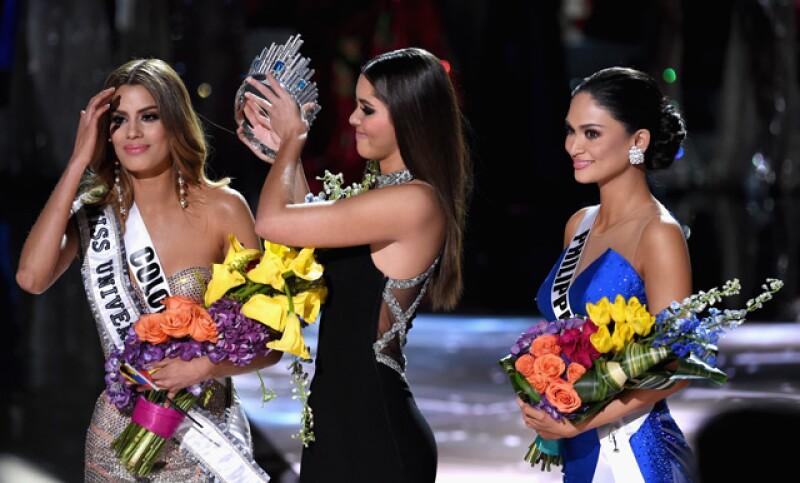 Momento en el que le quitan la corona a Miss Colombia.