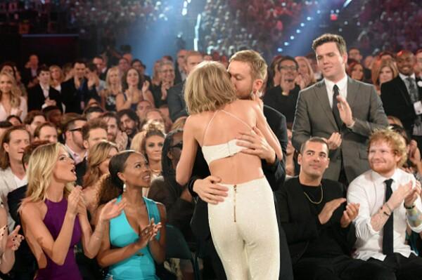 La cantante recibió una efusiva felicitación de su novio al resultar ganadora en los premios Billboard.