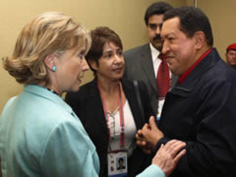 Hillary Clinton y Hugo Chávez hablaron en la cumbre sobre el tema de los embajadores. (Foto: Reuters)