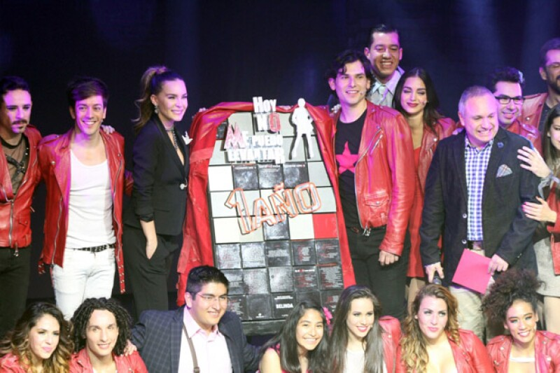 La noche del jueves, la artista fue invitada de honor para cantar dos temas especiales y celebrar la exitosa temporada del musical protagonizado por Alan Estrada y Roger González.