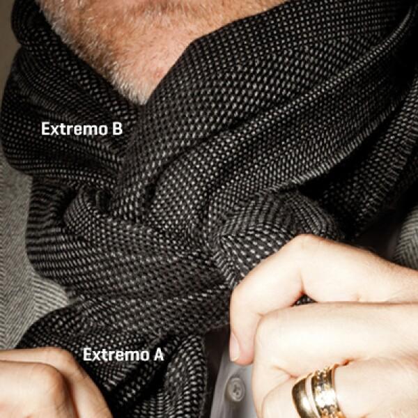 Toma el extremo B de la bufanda y pásalo a través del hueco y por encima del cuello.