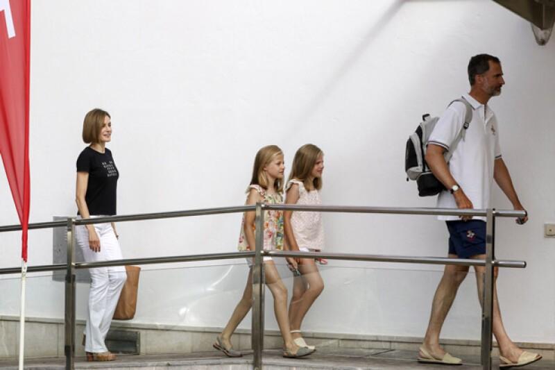 Ahora durante sus vacaciones por Mallorca, el rey Felipe VI y sus hijas combinaron las mismas sandalias, típicas de las islas Baleares.