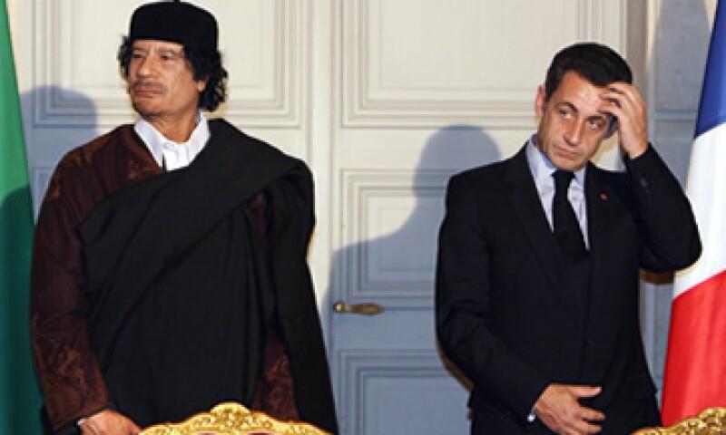Moammar Gadhafi, el fallecido líder libio, visitó Francia poco después de la elección de Nicolas Sarkozy. (Foto: AP)