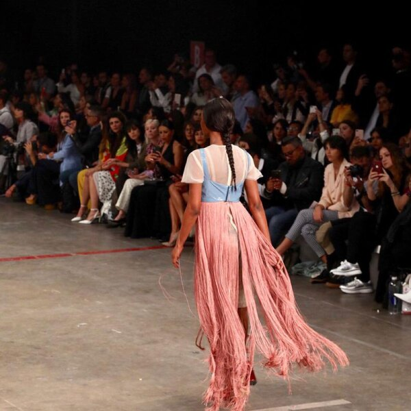 Desfile-Alexia-Ulibarri-MBFWM-Runway-pink-with-blue-outfit