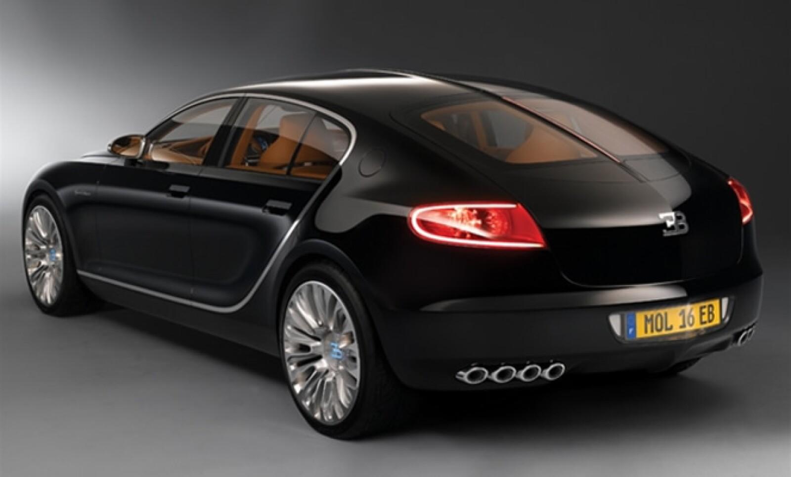 La fibra de carbono con la que está hecho este automóvil posee una gran rigidez, pero también es extremadamente ligero.