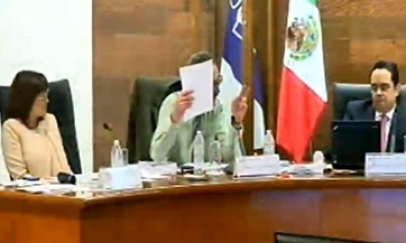 Los comisionados Areli Cano (i), Oscar Guerra (c) y Joel Salas votaron a favor de interponer la acción de inconstitucionalidad ante la SCJN. (Foto: Tomada de plenoenvivo.ifai.org.mx/)