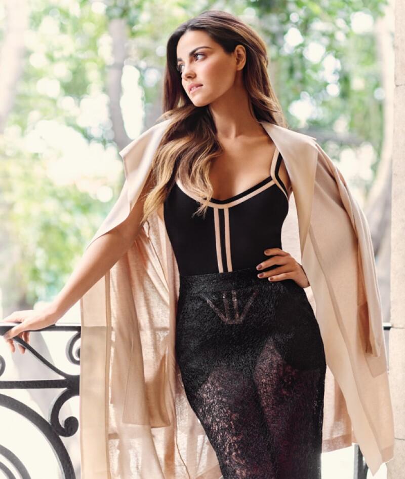 Body en algodón de Akexia Ulibarri, Falda en silicón de Jo Calderón, Suéter de cashmere y seda de Maxmara.