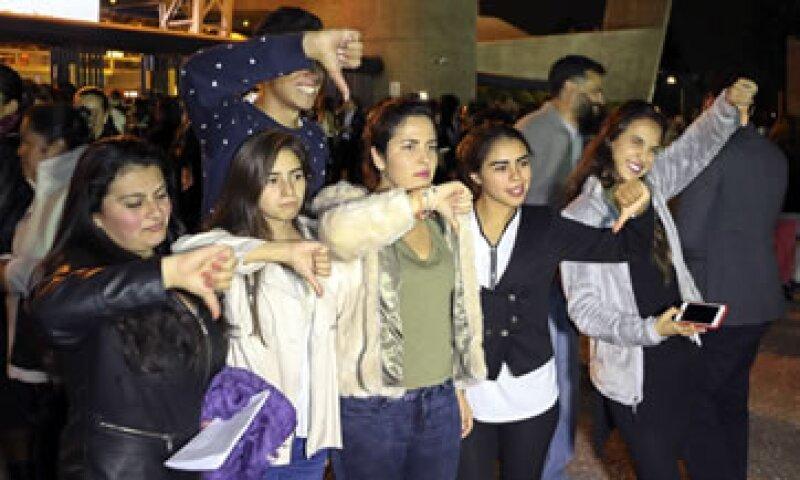 Asistentes al Auditorio muestran su descontento por la cancelación del concierto de Luis Miguel. (Foto: Cuartoscuro)