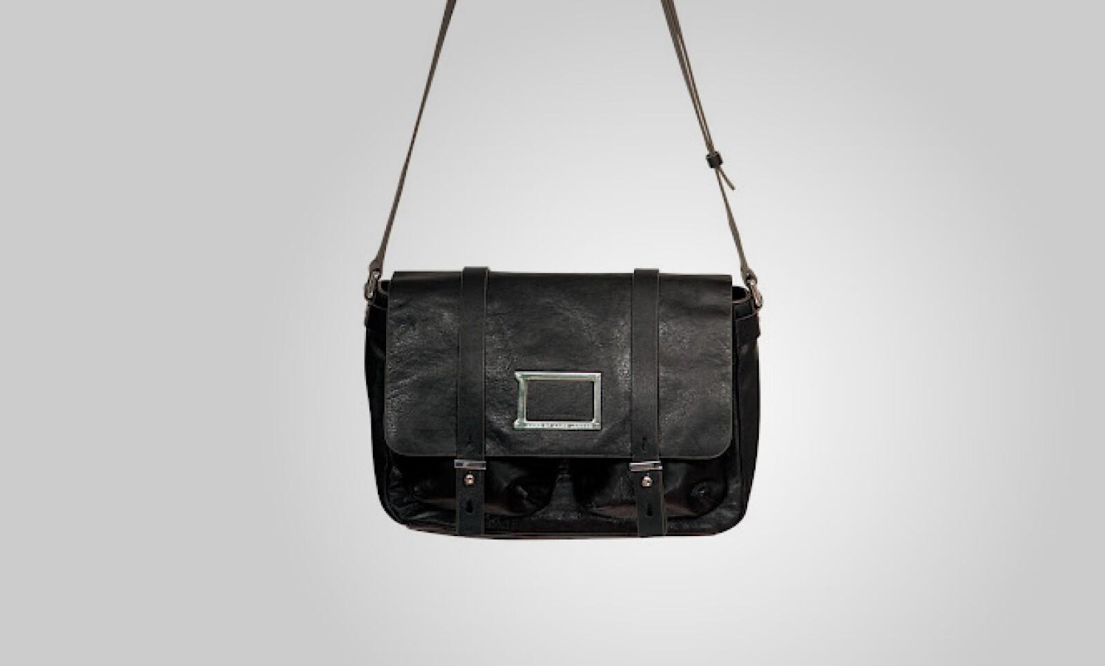Una bolsa básica para cualquier mujer, en un color negro, y de tamaño compacto.
