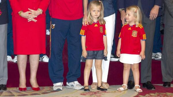 Las hijas de los Príncipes de Asturias se convirtieron en las protagonistas de la recepción que el Rey Juan Carlos hizo a los campeones de la Eurocopa 2012.