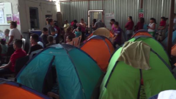 Migrantes abarrotan refugios en México a la espera de obtener asilo en EU