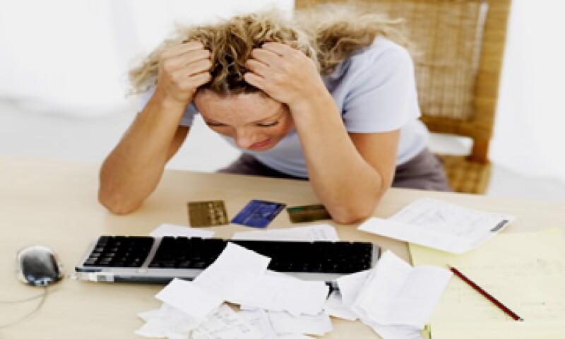 Los expertos recomiendan no gastar más de lo que se gana y evitar llegar a fin de mes en números rojos. (Foto: Thinkstock)