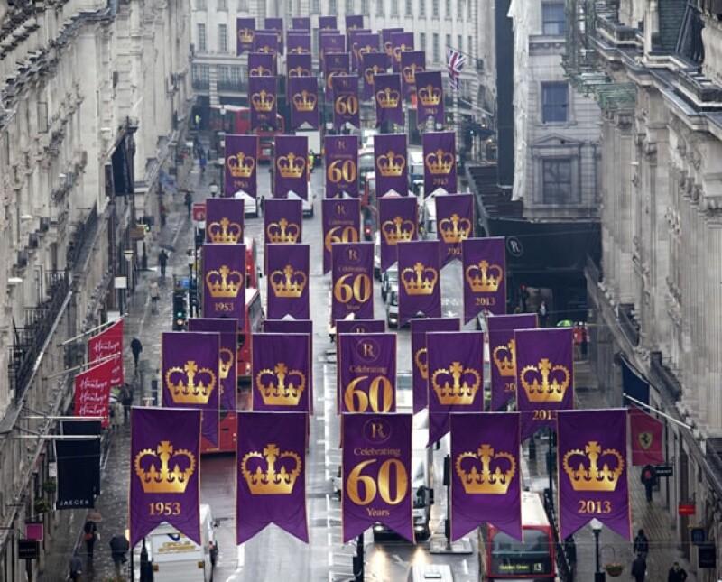 El próximo 2 de junio se cumplirán 60 años de la coronación de la Reina de Inglaterra y en Londres ya se empiezan a ver inicios de los festejos.
