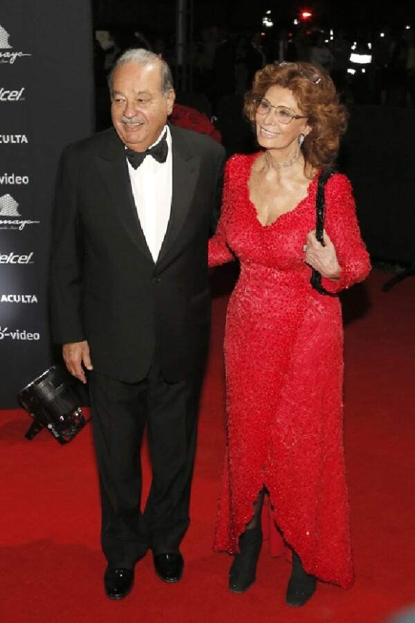 Carlos Slim y Sophia Loren entraron al lugar después de todos los invitados. Ella entró tomada del brazo del empresario.