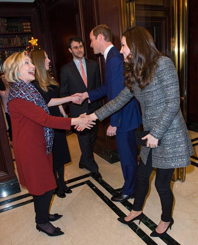La pareja real también sostuvo una plática con Hillary Clinton.