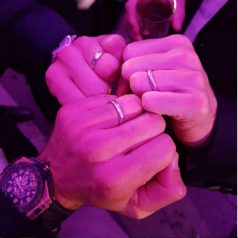 Martín Fuentes, Santiago Creel y Alex Ortiz Vega presumiendo sus anillos de casados.