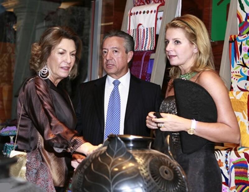 Dándoles un recorrido personalizado a Manuel Medina Mora y Paulina Alcocer en la exposición de Círculo San Ángel.