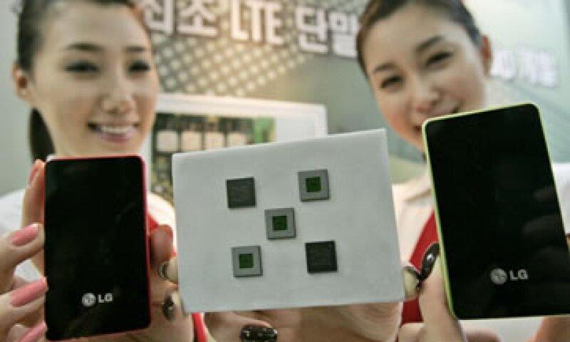 La empresa planea introducir un nuevo prototipo a esta línea de teléfonos celulares en los próximos meses. (Foto: AP)