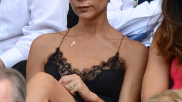 Victoria Beckham lució extremadamente sensual con un vestido corto de tirantes delgados y encaje en el escote y la parte baja.