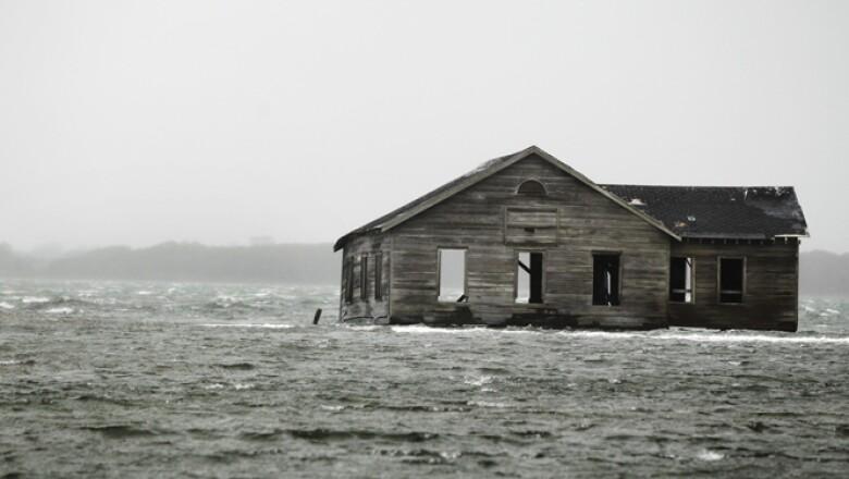 Se espera que el huracán derribe árboles, dañe edificios y cause cortes generalizados de energía en los próximos días.