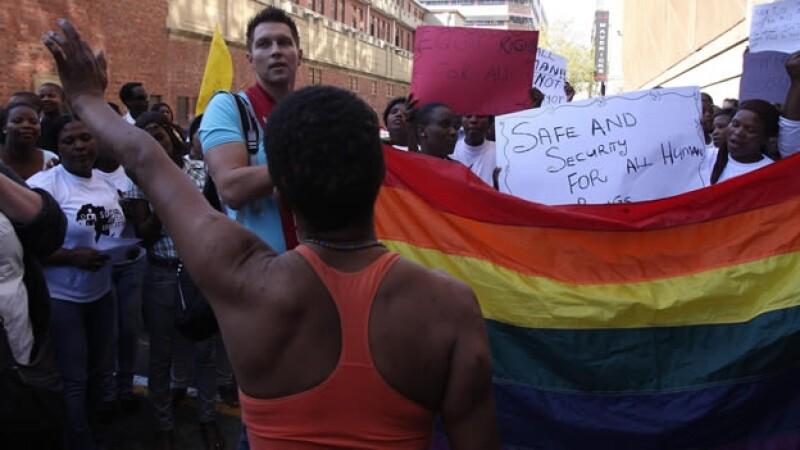 Grupos de activistas de derechos humanos en Sudáfrica protestan contra prisión