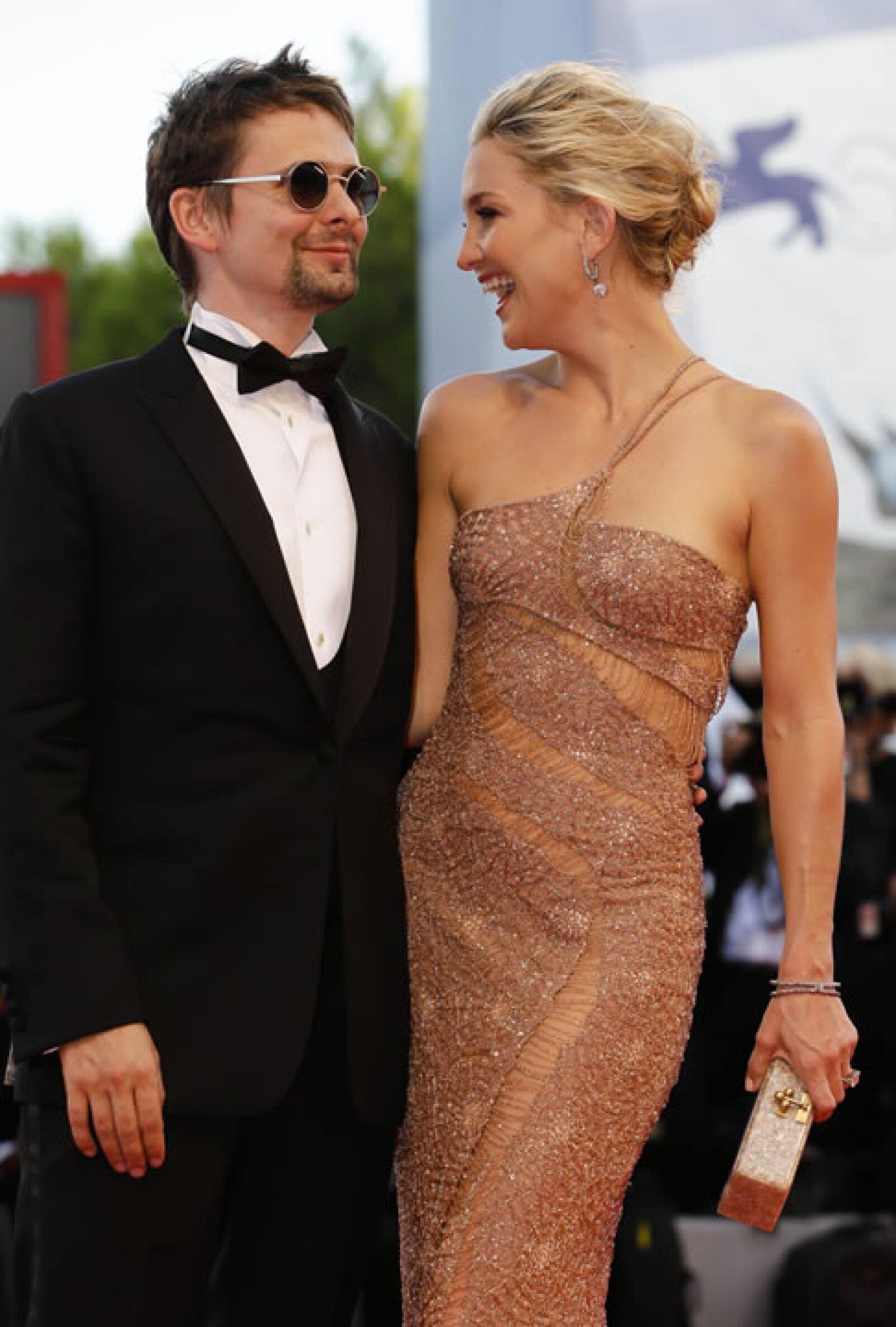 Kate Hudson recorrió la alfombra roja de la mano de Matt Bellamy.