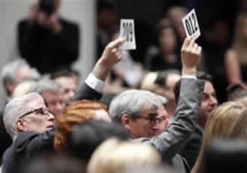 """Los actores Ted Danson (izq.) y Sam Waterston hacen una oferta durante la """"Subasta verde"""" realizada por Christie's. (Foto: Reuters)"""