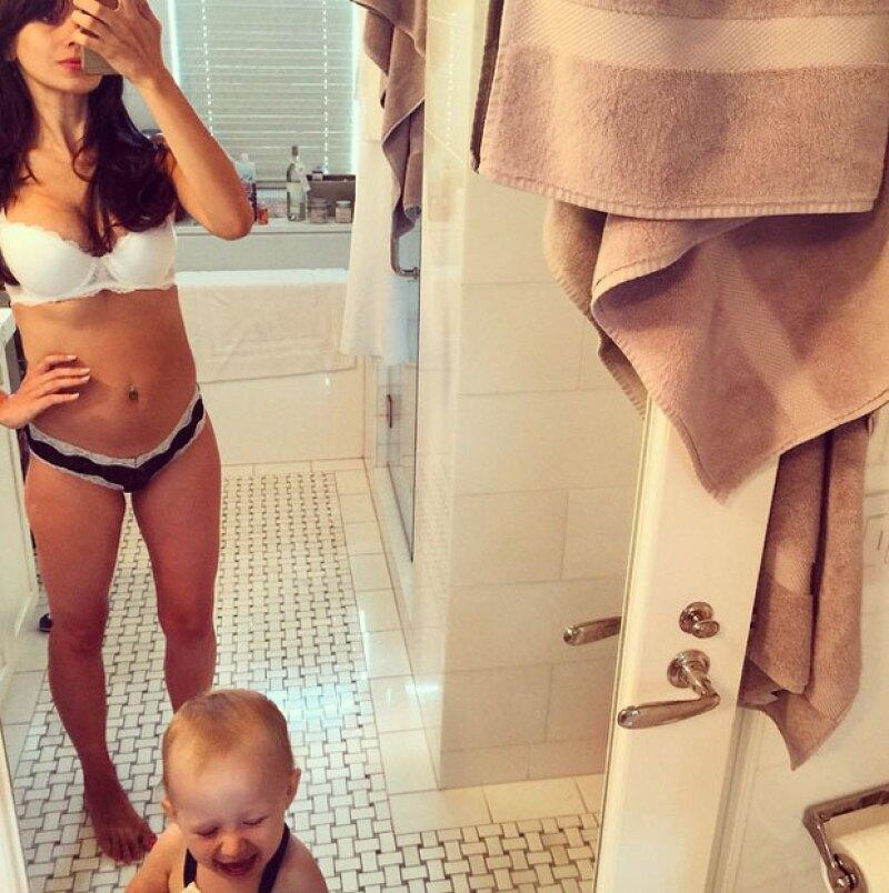 La yogui por excelencia y esposa de Alec Baldwin muestra su delgado cuerpo y comenta sobre su experiencia de tener un segundo bebé.