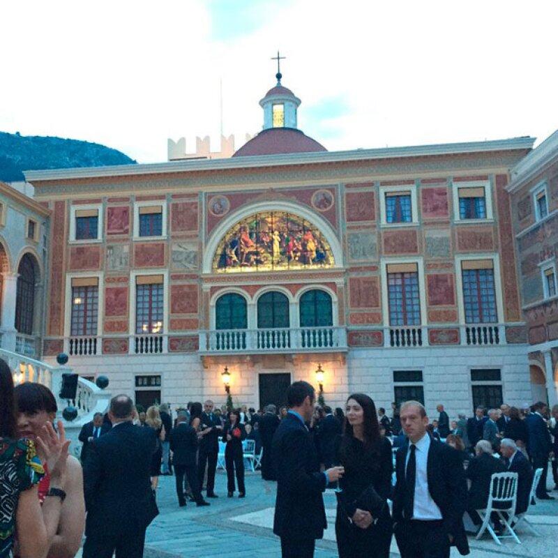 Además de codearse con la realeza, la feliz pareja derrochó estilo en su paso por el Palacio de Mónaco.