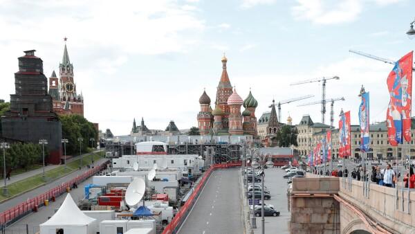 Taxi atropella a varias personas en Moscú