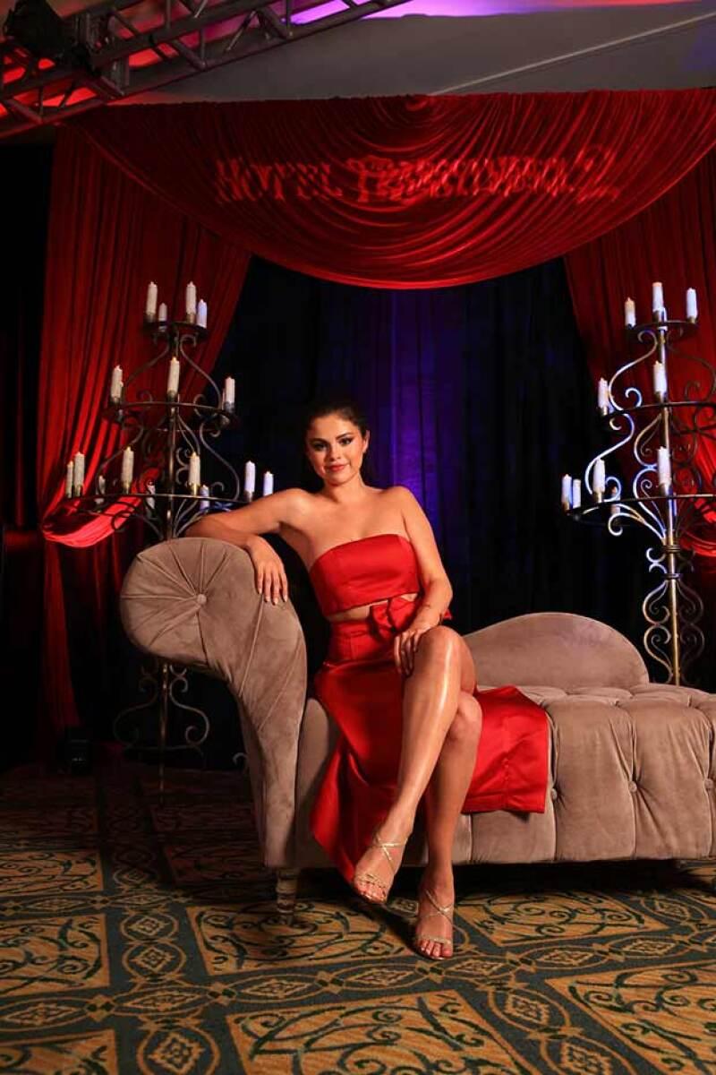 Selena no perdió oportunidad para posar provocativa y segura de sí frente a las cámaras.