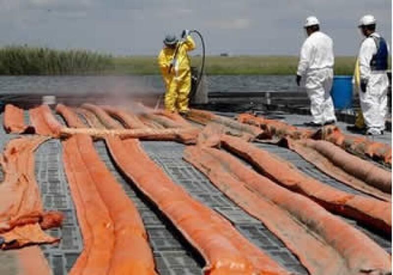 Los trabajos de limpieza en el Golfo han sido afectados por las malas condiciones climáticas. (Foto: AP)