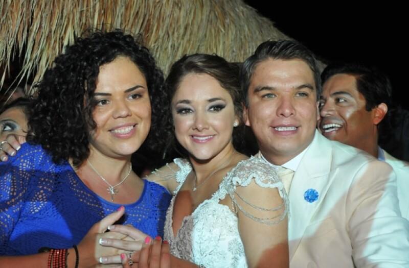 La senadora del PAN, Mariana Gómez del Campo, estuvo entre los invitados y se tomó la tradicional foto con los recién casados.