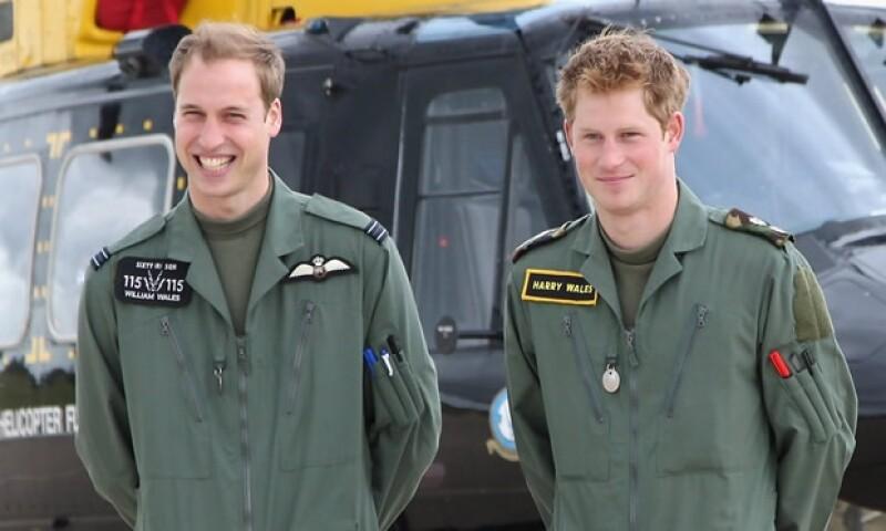 Príncipe Guillermo y Enrique con el uniforme de la Fuerza Real Aérea.