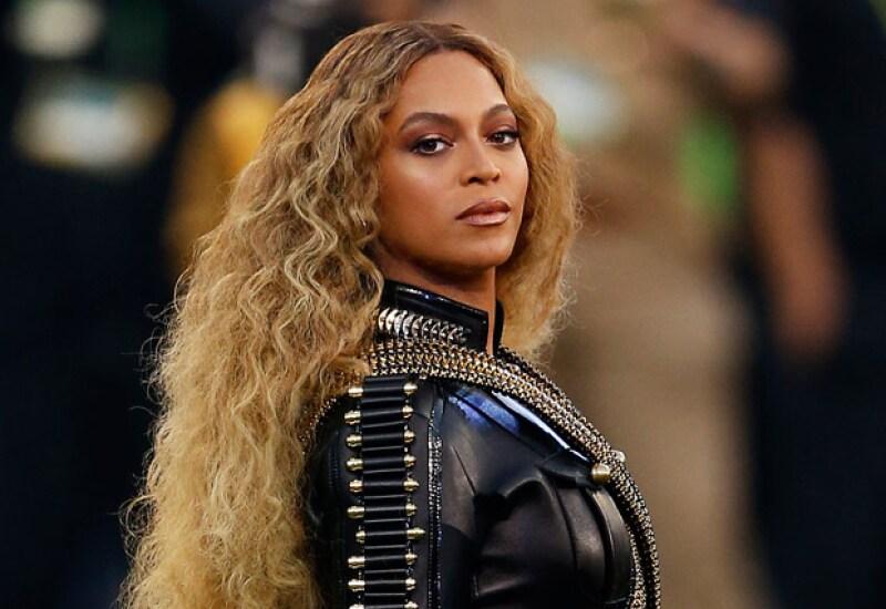 Like a boss! La cantante sufrió de un wardrobe malfunction en pleno escenario y, con todo y ello, decidió continuar con el show.