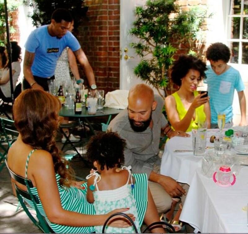 En una tercera imagen se aprecia a la familia conviviendo de manera normal.