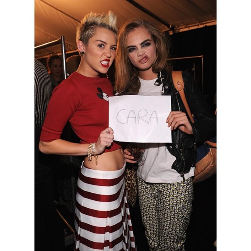 La cantante publicó en su Twitter esta imagen en la que ella y la modelo inglesa, sin pudor alguno se comportaban irreverentemente.