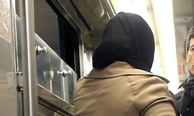 Un hombre y una mujer se enzarzaron en una discusión tras los ataques en París (Foto: EFE)