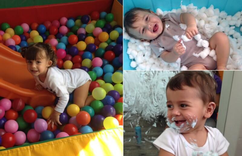 Los bebés trabajan con material para estimular sus sentidos.