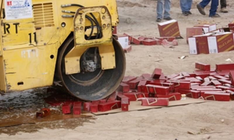 En lo que va del año, en la aduana de Ciudad Juárez se han destruido alrededor de 14 millones de cigarros y más de 20,000 botellas de bebidas alcohólicas. (Foto: cortesía SAT)